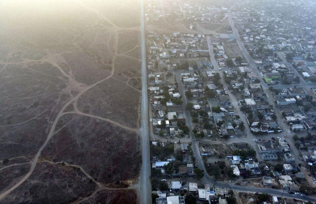 A Mexikó - USA határán húzódó kerítés, Tijuana keleti részén, Baja California államban, Mexikóban. Fotó: AFP / Gullermo Arias