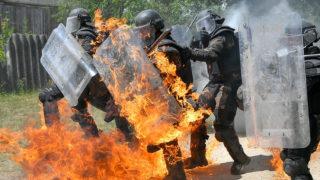 Hajdúhadház, 2018. július 11.A Magyar Honvédség KFOR (Kosovo Force) Kontingens 19. váltás állományának zárógyakorlatán Molotov-koktélt dobnak katonák közé egy imitált szituációban, amelyben ellenséggel szemben harcolnak a résztvevők az 5. Bocskai István Lövészdandár Vay Ádám Kiképző Bázisán Hajdúhadházon 2018. július 11-én. A magyar katonák a NATO parancsnokság alatt működő nemzetközi békefenntartó haderő részét képezik, feladatuk a rend és biztonság fenntartása.MTI Fotó: Czeglédi Zsolt