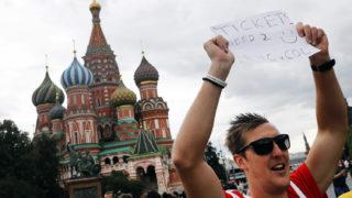 Moszkva, 2018. július 3.Angol szurkoló próbál jegyet szerezni az oroszországi labdarúgó-világbajnokság nyolcaddöntőjében a moszkvai Szpartak Stadionban játszandó Kolumbia - Anglia esti mérkőzésre a moszkvai Vörös téren 2018. július 3-án. (MTI/EPA/Felipe Trueba)