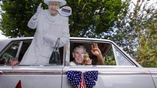 Avondale Estates, 2018. július 4.II. Erzsébet brit királynő és Károly walesi herceg, brit trónörökös papírfigurája egy autóban Georgia államban fekvő Avondale Estates-ben rendezett függetlenség napi ünnepségen 2018. július 4-én. Az Egyesült Államokban ezen a napon ünneplik az ország elszakadását Nagy-Britanniától, mivel 242 éve, 1776-ban nyolcévi háború után ezen a napon írták alá a függetlenségi nyilatkozatot Philadelphiában. (MTI/EPA/Erik S. Lesser)