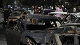 Mati, 2018. július 24.Kiégett autóroncsok, miután az Athén térségében pusztító bozóttűz felperzselte a fővárostól keletre fekvő Matit 2018. július 24-én. A térségben pusztító erdőtűz következtében legkevesebb ötven ember életét vesztette. (MTI/EPA/Jánisz Koleszidisz)