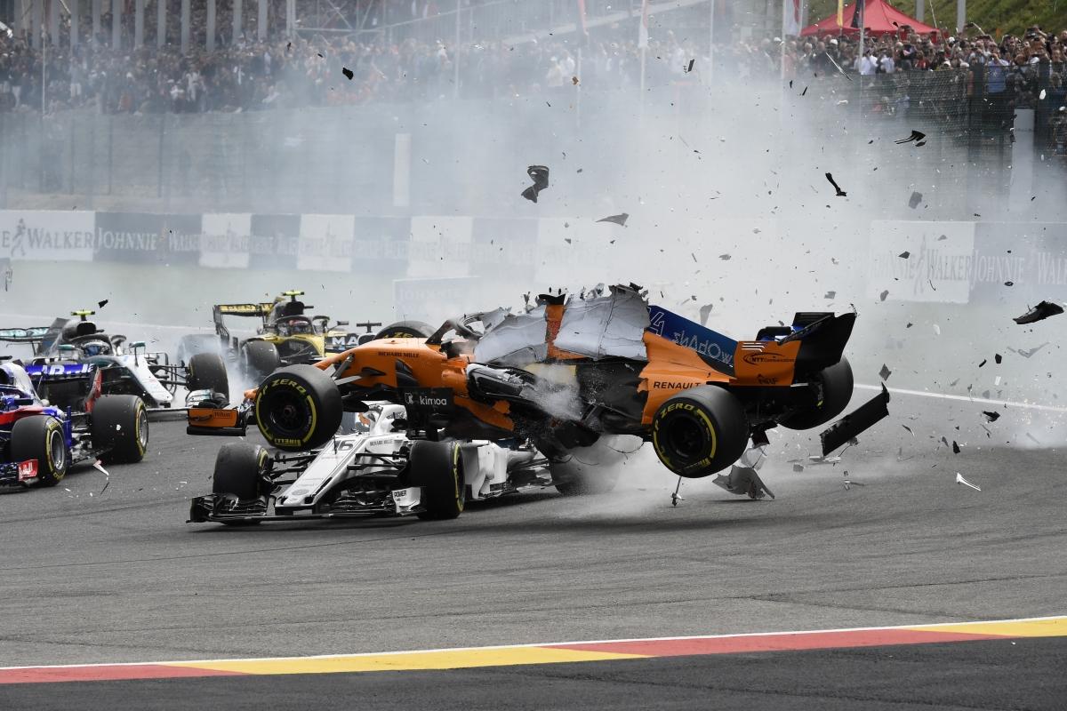 Fernando Alonso, a McLaren spanyol versenyzője a Saubert vezető monacói Charles Leclerc fölött egy ütközés miatt a Forma-1-es autós gyorsasági világbajnokság Belga Nagydíjának rajtja után a spa-francorchampsi pályán 2018. augusztus 26-án.  / AFP PHOTO / JOHN THYS