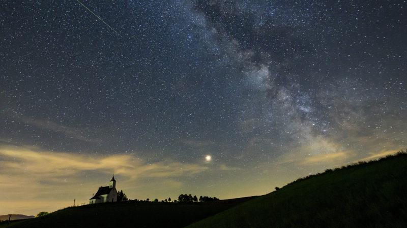 Gömöralmágy, 2018. augusztus 13.Meteor (b), a Mars (k) és a Tejút (j) a felvidéki Gömöralmágy felett 2018. augusztus 12-én. A Föld belépett a Perseida meteorraj összetevőit alkotó 109P/Swift-Tuttle üstökös pályája mentén szétszórt porfelhőbe. A Perseidák az egyik legismertebb, sűrű csillaghullást előidéző meteorraj.MTI Fotó: Komka Péter