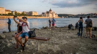 Budapest, 2018. augusztus 16.Érdeklődők a Duna partján a budapesti Margit-sziget alacsony vízállásnál járható déli szigetcsúcsánál, a Margit híd középső pillérjénél 2018. augusztus 16-án.MTI Fotó: Balogh Zoltán