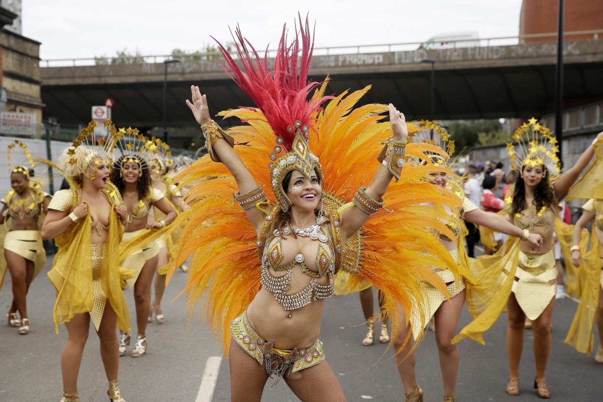 London, 2018. augusztus 27. Táncosok a Notting Hill-i karneválon a nyugat-londoni Notting Hill negyedben 2018. augusztus 27-én, a kétnapos utcabál második napján. A Karib-térségbõl származó londoniak 1966 óta minden évben megrendezik az utcai mulatságot. (MTI/AP/Tim Ireland)
