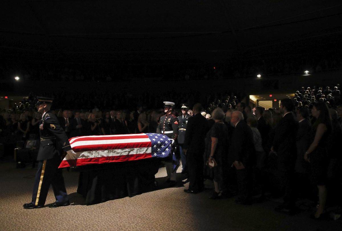 Phoenix, 2018. augusztus 30. John McCain arizonai szenátor, volt republikánus amerikai elnökjelölt koporsóját viszik a díszõrség tagjai az észak-phoenixi baptista templomban rendezett búcsúztatáson 2018. augusztus 30-án. McCain augusztus 25-én, 81 éves korában halt meg agydaganatban. (MTI/AP/Jae C. Hong)