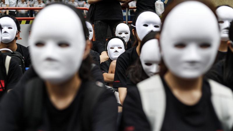 Tajpej, 2018. augusztus 14.Tüntetők fehér maszkkal arcukon tiltakoznak a második világháború alatt a megszálló japán katonák által prostitúcióra kényszerített nők meggyalázása ellen Tajpejben 2018. augusztus 14-én. A megmozdulás résztvevői bocsánatkérésre szólították fel Japánt.  (MTI/EPA/Ritchie B. Tongo)