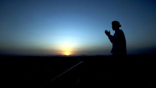 Mekka, 2018. augusztus 16.Muzulmán férfi imádkozik a szaúd-arábiai Mekkától 3 kilométerre fekvő Dzsebel en-Núr hegyen, mielőtt leereszkedik a Hira-barlangba a közelgő háddzs, vagyis mekkai zarándoklat alkalmából 2018. augusztus 15-én. Az iszlám hit szerint Mohamed próféta a barlangban kapta első kinyilatkoztatását Istentől, Dzsibríl (Gábriel) arkangyalon keresztül. A hívő muszlimok számára életükben legalább egyszer kötelező mekkai zarándoklat az idén augusztus 19. és 24. között lesz. (MTI/EPA/Sedat Suna)