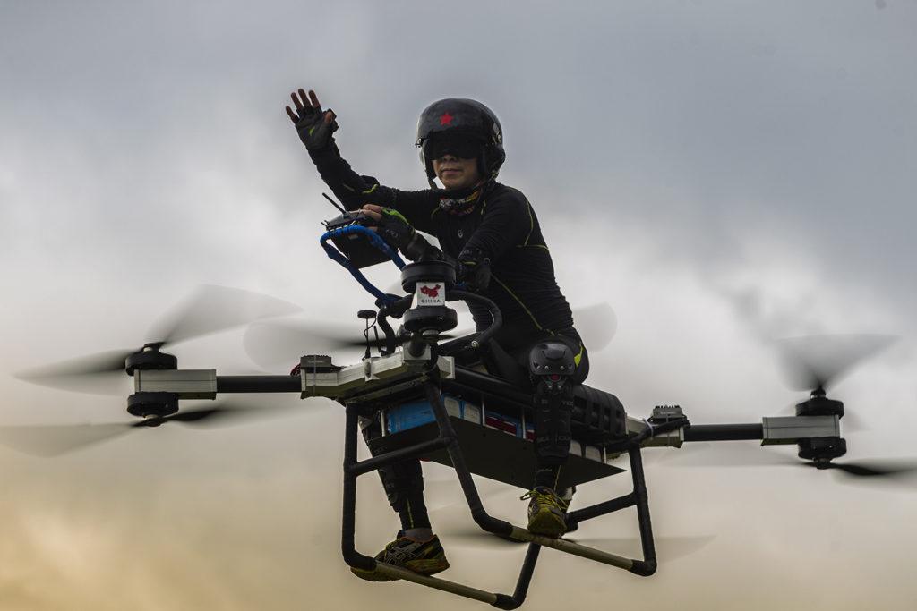 Tungkuan, 2018. augusztus 16.A 2018. augusztus 12-i képen a kínai Csao Tö-li integet saját készítésű repülő szerkezetéről a Kuangtung tartománybeli Tungkuanban. (MTI/EPA/Aleksandar Plavevski)