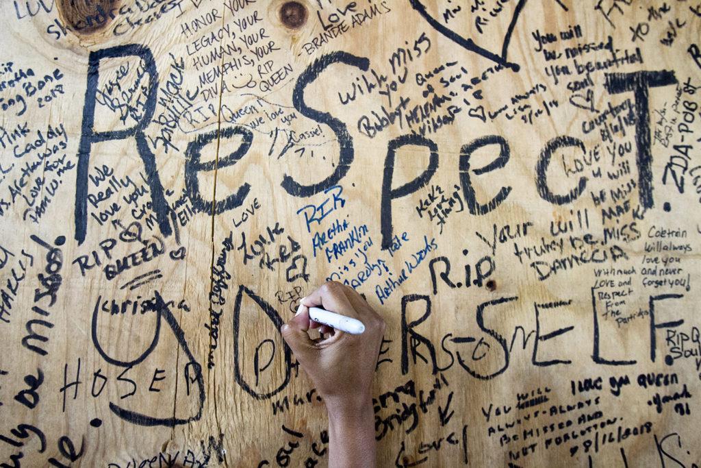 Memphis, 2018. augusztus 17.Búcsúüzenetet ír egy táblára az egyik gyászoló Aretha Franklin amerikai soulénekesnő szülőházánál a Tennessee állambeli Memphisben 2018. augusztus 16-án. A tizennyolcszoros Grammy-díjas énekesnő ezen a napon, 76 éves korában elhunyt detroiti otthonában. (MTI/EPA/Mike Brown)