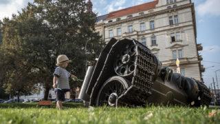 Prága, 2018. augusztus 21.David Cerny cseh művész szobra Prágában 2018. augusztus 21-én, amikor Csehszlovákia szovjet megszállásának 50. évfordulójáról emlékeznek meg Csehországban. A Szovjetunió és a Varsói Szerződés négy másik tagállama 1968. augusztus 20-án indított inváziót a prágai tavasz elfojtására. (MTI/EPA/Martin Divisek)
