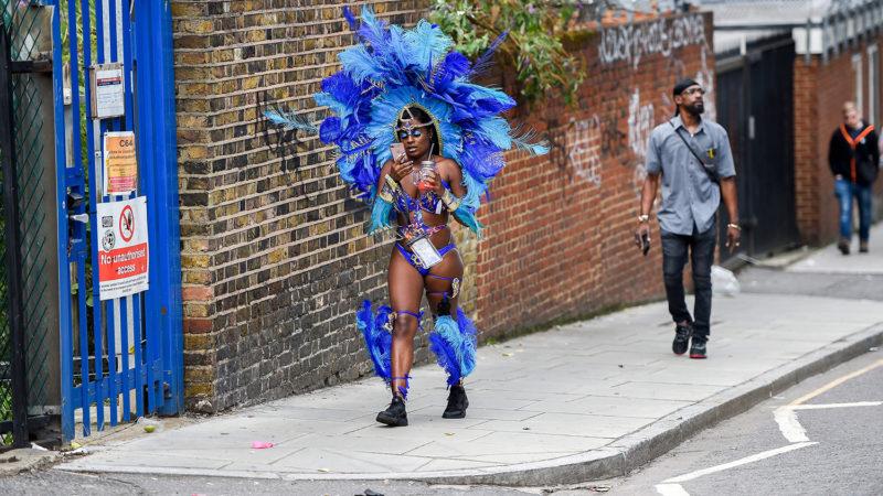 London, 2018. augusztus 27.Egy táncos a Notting Hill-i karneválra tart a nyugat-londoni Notting Hill negyedben 2018. augusztus 27-én, a kétnapos utcabál második napján. A Karib-térségből származó londoniak 1959 óta minden évben megrendezik az utcai mulatságot. (MTI/EPA/Pete Maclaine)
