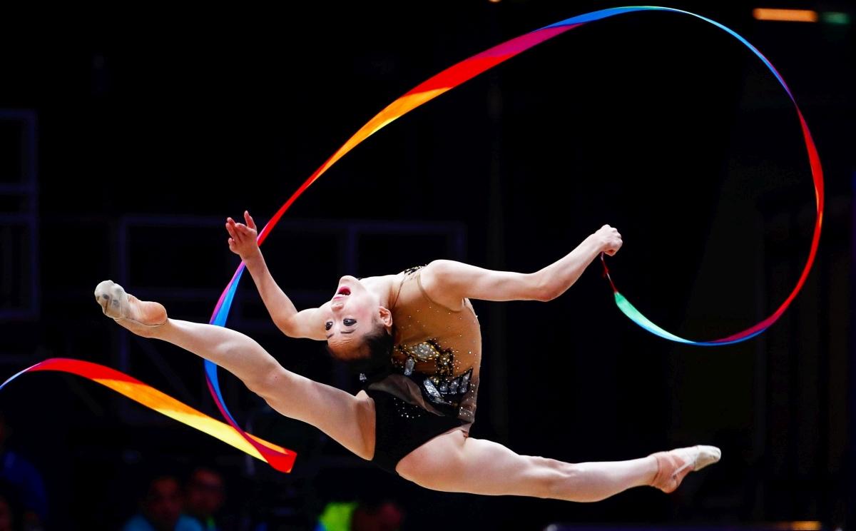 Jakarta, 2018. augusztus 28. Az észak-koreai Ru Un Jong szalaggyakorlatát mutatja be a 18. Ázsiai Játékok ritmikus gimnasztika versenyének szerenkénti döntõjében Jakartában 2018. augusztus 28-án. (MTI/EPA/ Vu Hong)