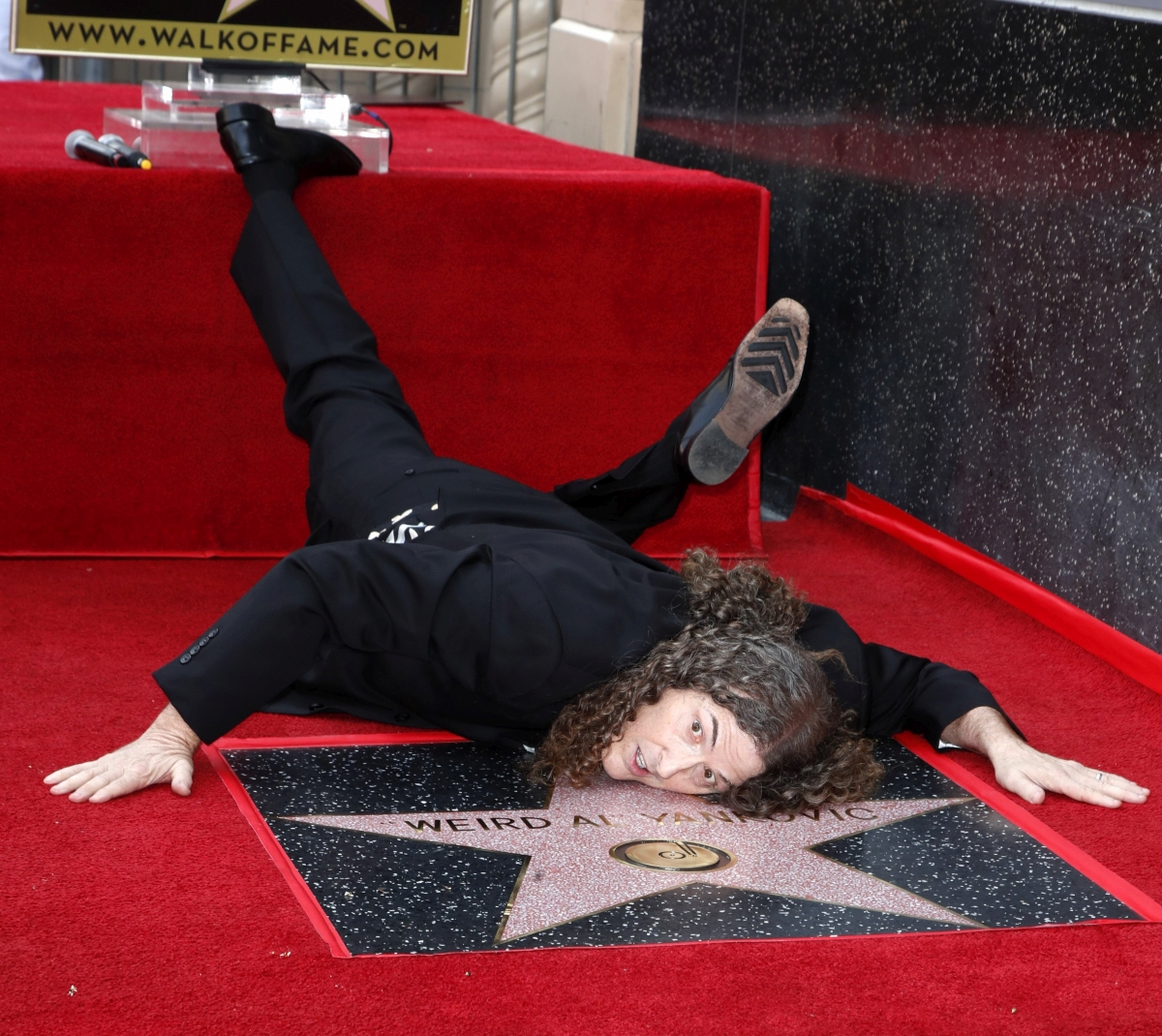 """Los Angeles, 2018. augusztus 28. Alfred Matthew """"Weird Al"""" Yankovic amerikai zenész, parodista a nevét viselõ csillag avatási ünnepségén a Hollywoodi hírességek sétányán, Los Angelesben 2018. augusztus 27-én. Yankovicé a 2643. csillag a sétányon. (MTI/EPA/Mike Nelson)"""
