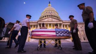 Washington, 2018. augusztus 30.A John McCain arizonai szenátor, volt republikánus amerikai elnökjelölt búcsúztatására próbálnak katonák az amerikai parlament washingtoni épülete előtt 2018. augusztus 30-án. McCain augusztus 25-én, 81 éves korában halt meg agydaganatban. (MTI/EPA/Jim Lo Scalzo)