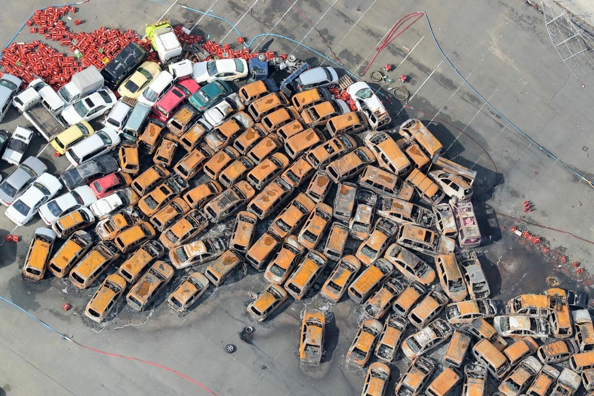 A Dzsebi tájfun viharos széllökései által felhalmozott autók Hjógo prefektúra székhelyén, Kóbében 2018. szeptember 5-én. Japánban az utóbbi huszonöt év legpusztítóbb tájfunja, a Dzsebi halálos áldozatainak száma 11-re emelkedett, mintegy 340 a sérült. Nagy károk keletkeztek az ország infrastruktúrájában, elsősorban Oszaka prefektúrában. / AFP PHOTO / JIJI PRESS / JIJI PRESS / Japan OUT