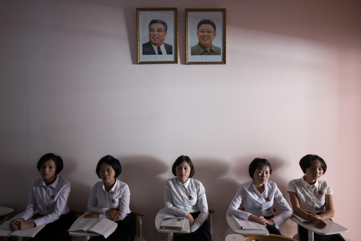 Fotó: Észak-koreai diákok Kim Ir Szen (b) és Kim Dzsong Il néhai észak-koreai vezetők portréja alatt a Phenjani Tanárképzőben Fotó: Ed Jones / AFP