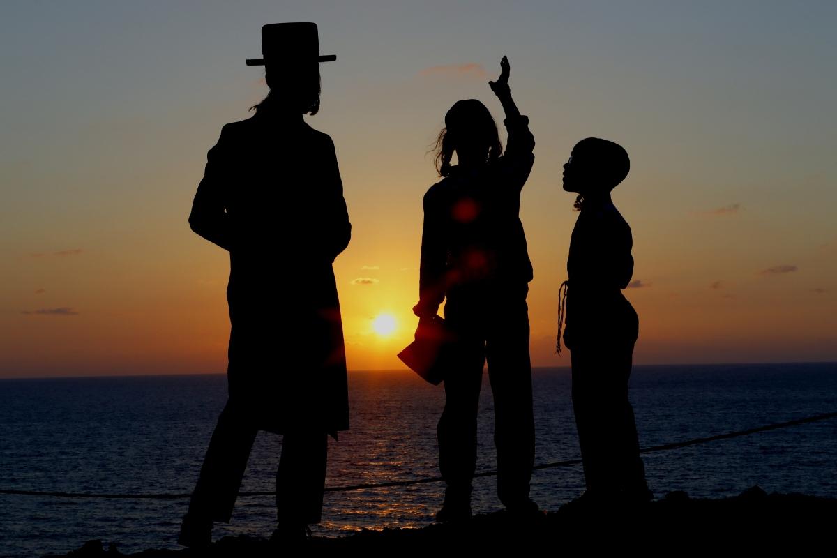 Ultraortodox zsidó férfiak és gyerekek a Földközi-tenger partján, Herzelija városnál 2018. szeptember 17-én, az engesztelés ünnepe, a jóm-kipúr előestéjén. / AFP PHOTO / JACK GUEZ