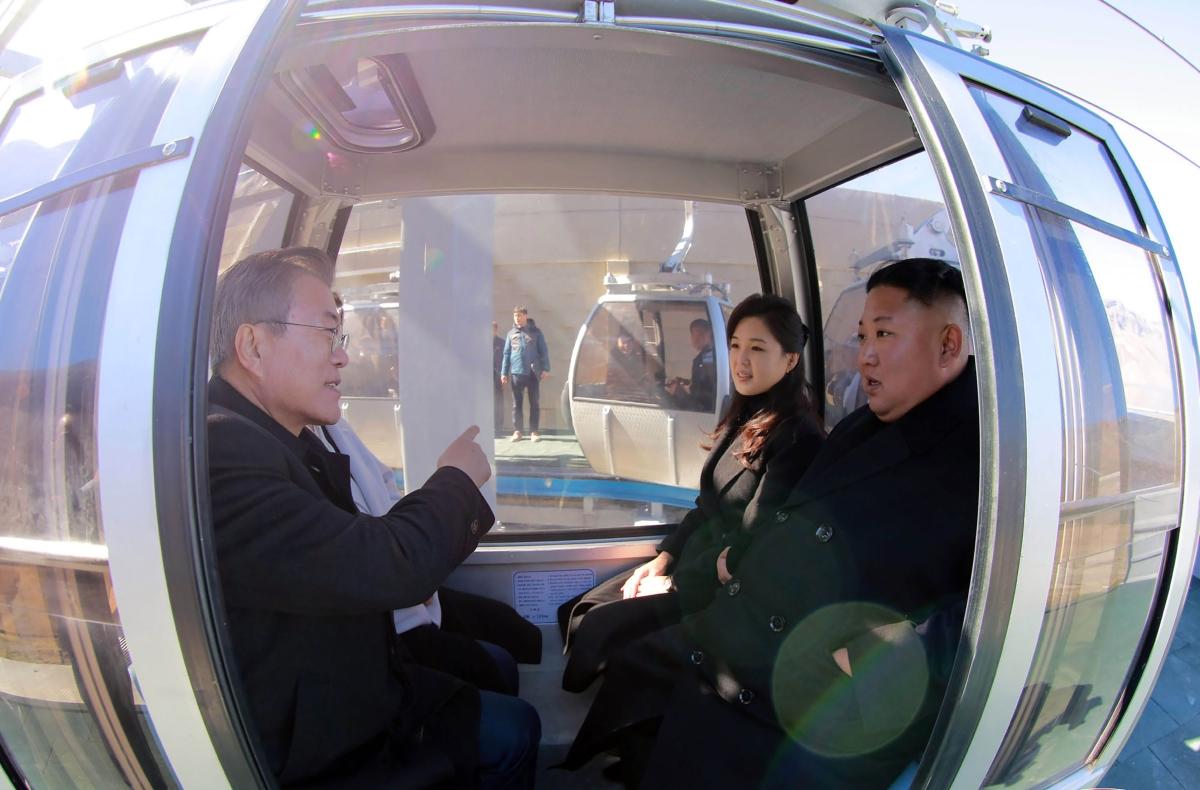 Kim Dzsong Un észak-koreai vezető (b2) és felesége, Ri Szol Dzsu (b), valamint Mun Dzse In dél-koreai elnök (j) és felesége, Kim Dzsung Szuk egy felvonófülkében az észak-koreai Pektu-hegynél 2018. szeptember 20-án, a kettészakadt ország vezetőinek háromnapos csúcstalálkozója idején. A kétoldalú találkozó középpontjában az észak-koreai atomfegyverprogram leállítása és a fegyverszünettel véget ért 1950-53-as koreai háború békemegállapodással történő lezárása szerepel/ AFP PHOTO / KCNA VIA KNS AND AFP PHOTO / KCNA VIA KNS