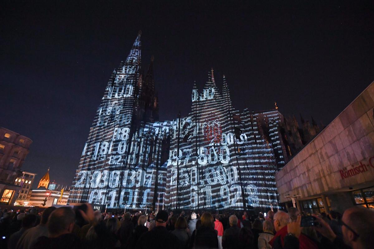 Fénynyalábokkal világítják meg a kölni dóm épületét az első világháború lezárásának közelgő százéves évfordulója alkalmából 2018. szeptember 27-én. (MTI/EPA/Sascha Steinbach)/ AFP PHOTO / Patrik STOLLARZ