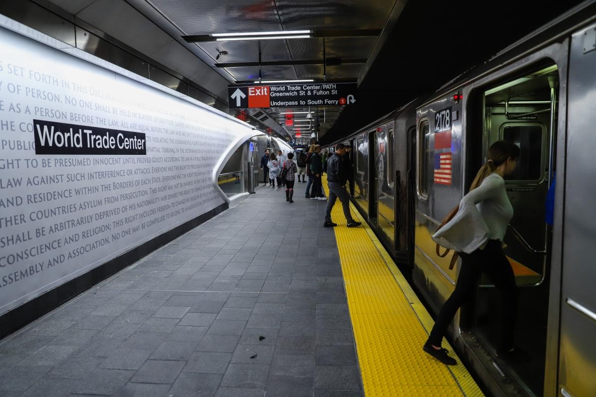 Az Egyesült Államok függetlenségi nyilatkozatból és az Egyetemes Emberi Jogok Nyilatkozatából vett idézetek a New York-i Világkereskedelmi Központ (WTC) újjáépített Cortlandt Street-i metróállomásának bejáratánál 2018. szeptember 10-én. A most megnyíló állomás a Világkereskedelmi Közpnt ikertornyai ellen 2001. szeptember 11-én elkövetett repülőgépes terrortámadásban megsemmisült, és azóta is zárva volt.   (Foto:  Vanessa  Carvalho/Brazil Photo Press)