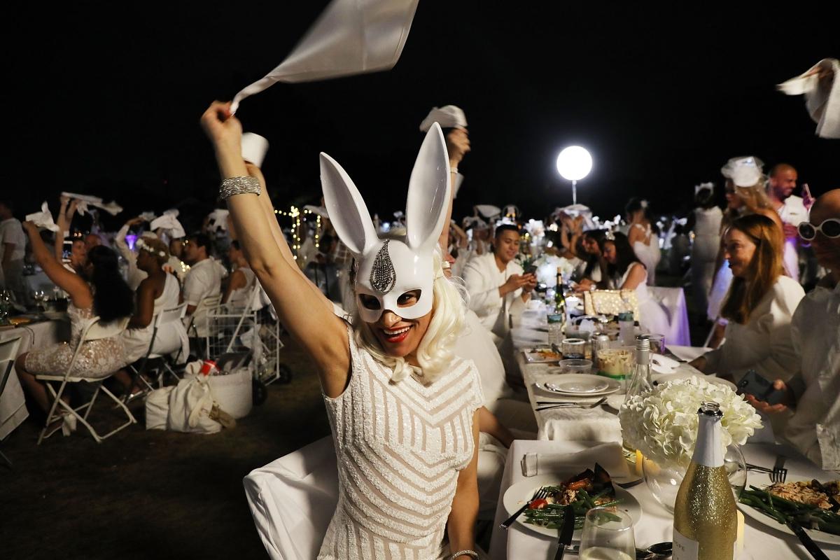 Résztvevők az immár hagyománnyá vált Le Diner en Blanc, vagyis vacsora fehérben elnevezésű köztéri rendezvényen, New York Manhattan városrészének Governors Island szigetén 2018. szeptember 17-én. Az évenkénti közös étkezésen baráti társaságok fehér öltözékben vesznek részt.  Spencer Platt/Getty Images/AFP