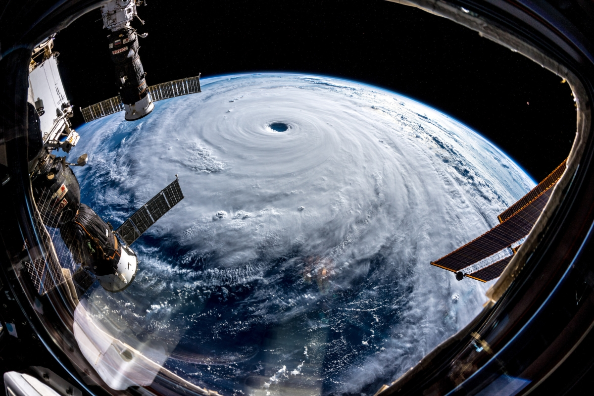 A Föld körül keringő Nemzetközi Űrállomáson szolgálatot teljesítő német Alexander Gerst űrhajós Flickr-oldala által 2018. szeptember 26-án közreadott kép a Trami névre keresztelt szupertájfunról szeptember 25-én. Az ötös erősségű trópusi ciklon várhatóan szeptember 30-án éri el Japán és Tajvan térségétFotó: Alexander Grest / NASA
