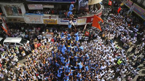 Mumbai, 2018. szeptember 3.Indiai fiatalok emberi piramist alkotnak, hogy elérjenek egy magasra akasztott dahi handit, azaz joghurttal teli agyagedényt és összetörjék azt a dzsanmástamí, azaz Krisna hindu isten születésnapja alkalmából az indiai Mumbaiban 2018. szeptember 3-án. A cselekménysorral azt a legendát elevenítik fel amely szerint, Krisna gyermekkorában vajat lopott. (MTI/AP/Rafik Makbúl)