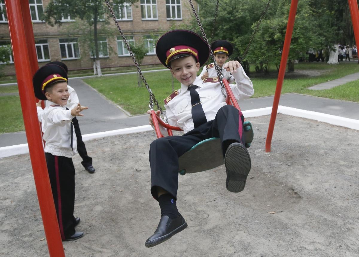 Kijev, 2018. szeptember 3. Ukrán kisiskolások egy kijevi katonai iskola tanévnyitó ünnepsége elõtt 2018. szeptember 3-án. (MTI/AP/Efrem Lukackij)