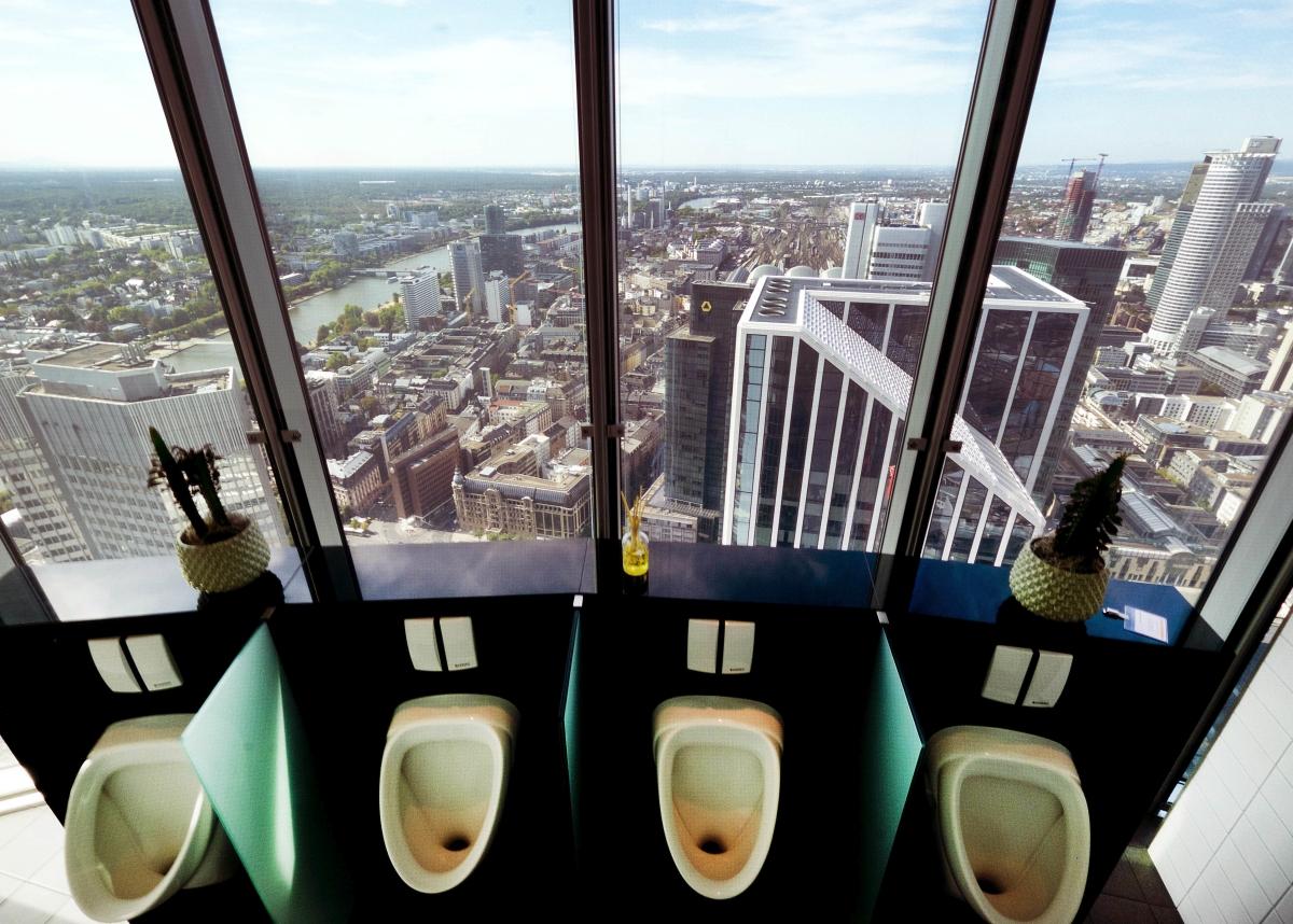 Frankfurt, 2018. szeptember 11. A Commerzbank székházának 49. emeletén található férfi mosdó panorámája 2018. szeptember 11-én. (MTI/AP/Michael Probst)