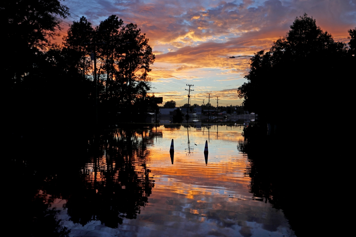 Fayetteville, 2018. szeptember 19. Forgalomterelõ kúpok állnak a medrébõl kilépett Cape Fear folyó vizében a Florence trópusi vihar okozta árvíz idején, 2018. szeptember 18-án az észak-karolinai Fayetteville-ben. A trópusi viharrá szelídült hurrikán halálos áldazatainak száma 34-re emelkedett Észak- és Dél-Karolina szövetségi államokban. (MTI/AP/David Goldman)