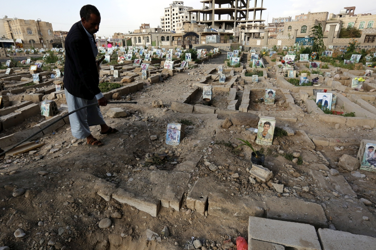 Szanaa, 2018. szeptember 5. A harcokban elesett hozzátartozója sírjára ültetett növényt locsolja egy férfi a jemeni fõvárosban, Szanaában 2018. szeptember 4-én. A világ egyik legsúlyosabb humanitárius válsága sújtja a 26 milliós népességû, többségében szunnita iszlám vallású közel-keleti országot, ahol 2015 márciusa óta polgárháborúvá terebélyesedett a fegyveres konfliktus az Irán által támogatott síita húszik és a Szaúd-Arábia támogatta jemeni elnökhöz, Abed Rabbó Manszúr Hádihoz hû erõk között. (MTI/EPA/Jajha Arhab)