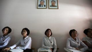 Phenjan, 2018. szeptember 7.Észak-koreai diákok Kim Ir Szen (b) és Kim Dzsong Il néhai észak-koreai vezetők portréja alatt a Phenjani Tanárképzőben 2018. szeptember 7-én. (MTI/EPA/Ho Hvi Jung)