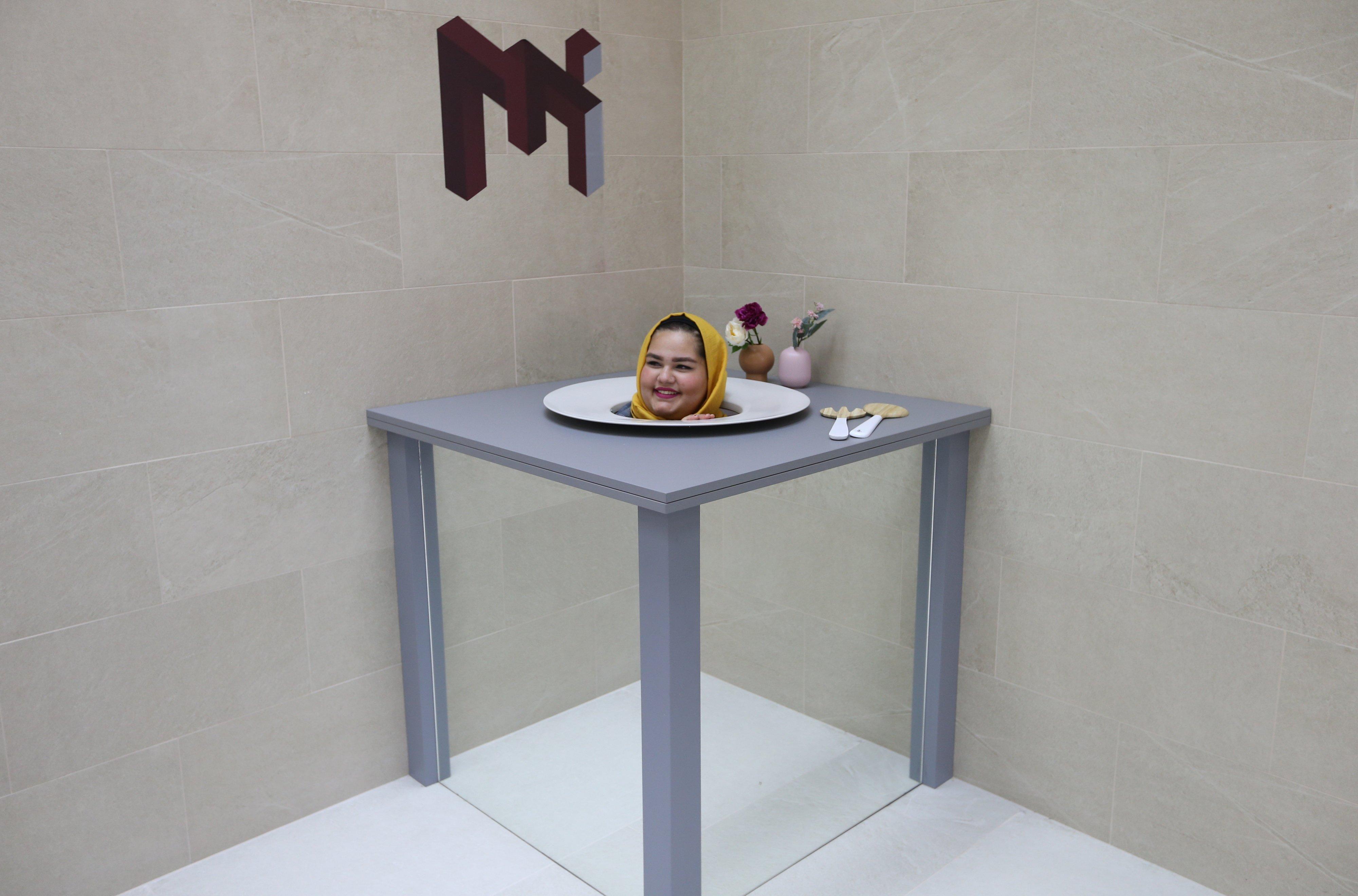 Dubaj, 2018. szeptember 9. Látogató az optikai csalódásokat létrehozó Illúziók Múzeumában, az egyesült arab emirátusokbeli Dubajban 2018. szeptember 9-én, a sajtónapon. A szeptember 12-én megnyitó múzeum több mint nyolcvan kiállítási tárgyat állított be a látogatók érzékeinek becsapására. (MTI/EPA/Ali Haider)