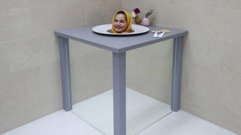 Dubaj, 2018. szeptember 9.Látogató az optikai csalódásokat létrehozó Illúziók Múzeumában, az egyesült arab emirátusokbeli Dubajban 2018. szeptember 9-én, a sajtónapon. A szeptember 12-én megnyitó múzeum több mint nyolcvan kiállítási tárgyat állított be a látogatók érzékeinek becsapására. (MTI/EPA/Ali Haider)