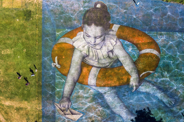 La Tour-de-Peilz, 2018. szeptember 11.Saype francia tájművész Which Legacy? című földfestménye egy park gyepén, a svájci Vaud kantonbeli svájci La Tour-de-Peilz településen 2018. szeptember 11-én. A közel kézezer négyzetméteres kép természetes színanyagokból álló, biológiailag lebomló festékkel készült a szomszédos Vevey városban szeptember 8. és 30. között rendezett vizuális művészeti biennáléra. (MTI/EPA/Valentin Flauraud)