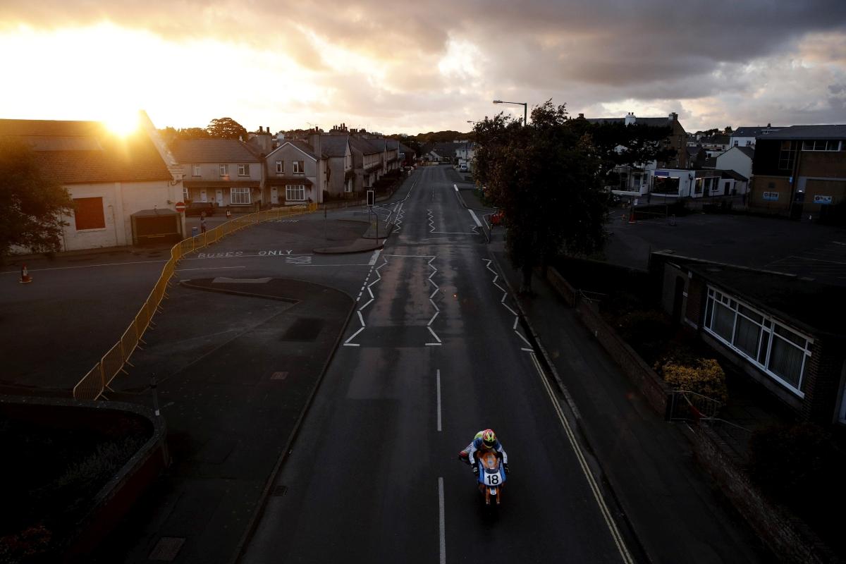 Douglas, 2018. szeptember 13. A brit Craig Neve 750-es Kawasakijával versenyez az Isle of Man Superbike Classic kategóriájában, Douglasben 2018. augusztus 24-én. A legnagyobb hagyománnyal bíró motorverseny, az Isle Of Man 1907 óta évente kétszer várja a sportág szerelmeseit, a júniusi Tourist Trophy-n, valamint az augusztusi Classic TT-n kétféle hosszúságú versenypályán. A szûk kanyarokkal, ugratókkal teletûzdelt pályák teljes koncentrációt és nagy rutint igényelnek. A több mint 100 év alatt többen életüket vesztették a verseny során. (MTI/EPA/Yoan Valat)