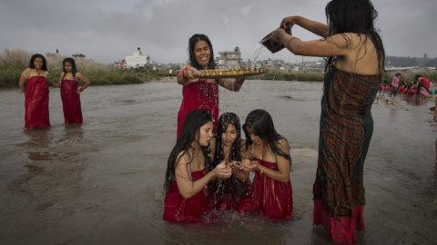 """Katmandu, 2018. szeptember 14.Nepáli nők részt vesznek a Risi Pancsámi ünnepen a Manhara folyó partján Katmanduban 2018. szeptember 14-én. Az ünnep során az asszonyok imával és áldozatokkal nyernek bocsánatot havi vérzéseik bűnéért. A hinduk szerint a menstruáció a tisztátalanság szimbóluma, ezért a nők ilyenkor nem vehetnek részt semmilyen vallásos szertartáson. A Risi Pancsámi áldozata azonban az egész év """"vétkét"""" megtisztítja. (MTI/EPA/Narendra Sresztha)"""