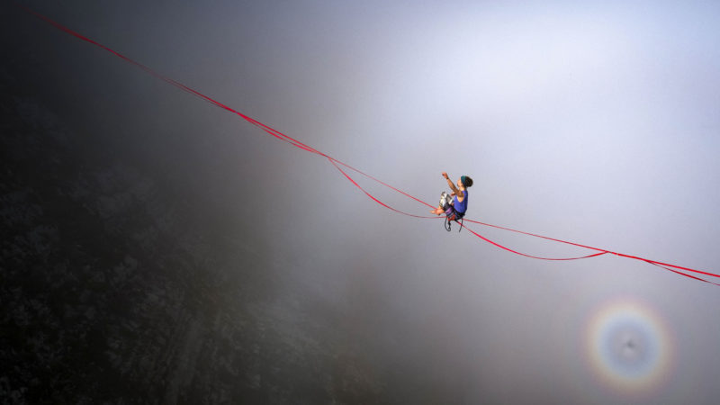 Gruyéres, 2018. szeptember 16.Drónnal készített felvétel az egyik résztvevőről, aki sziklák közé kifeszített hevedereken egyensúlyoz a svájci Alpokban fekvő Gruyéres közelében rendezett Highline Extreme találkozón 2018. szeptember 15-én. (MTI/EPA/Valentin Flauraud)