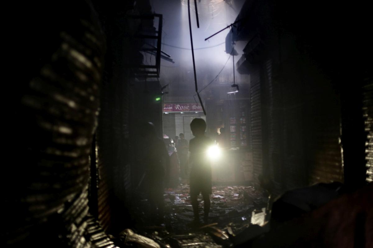 Kolkata, 2018. szeptember 19. Kereskedõ körülnéz tûz pusztította boltjának maradványai között a kolkatai Bagrí piacon 2018. szeptember 18-án. (MTI/EPA/Pijal Adhikari )