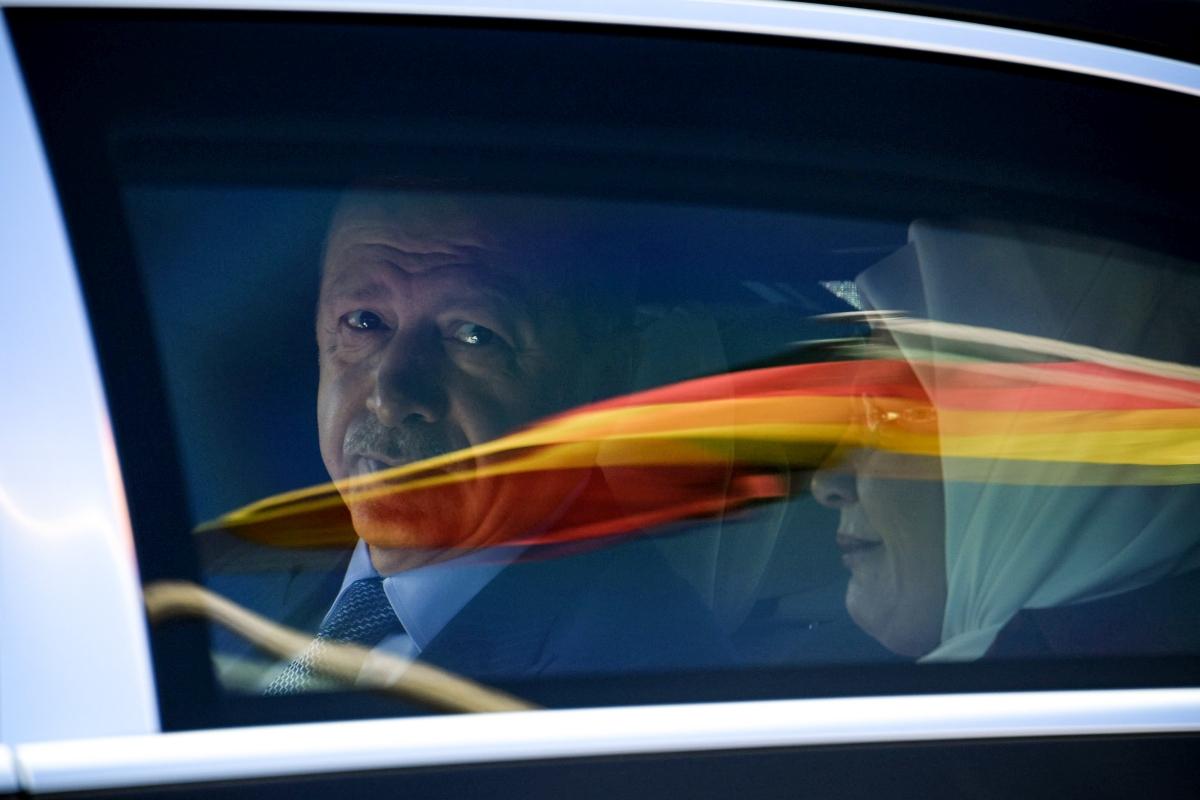 Berlin, 2018. szeptember 27. Recep Tayyip Erdogan török államfõ (b) és felesége, Emine Erdogan egy autóban ül a berlini Tegel nemzetközi repülõtérre érkezésük után 2018. szeptember 27-én. (MTI/EPA/Clemens Bilan)