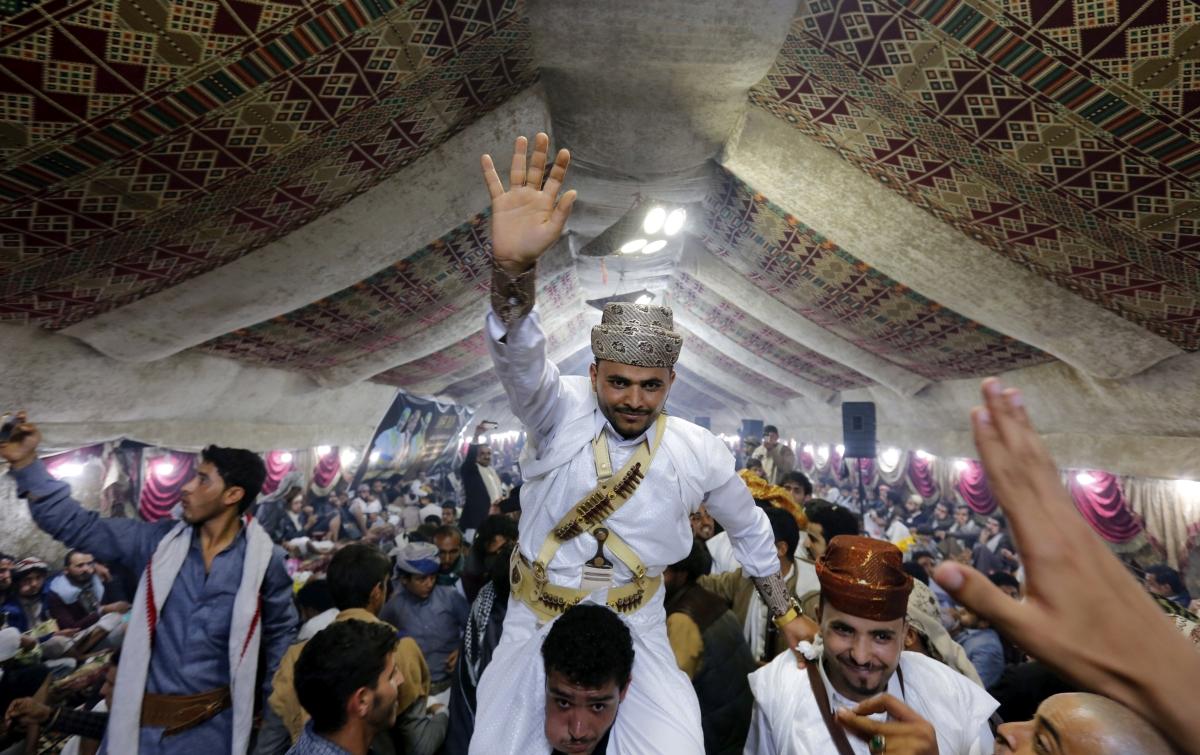 Szanaa, 2018. szeptember 27. A võlegényt viszi a násznép egy hagyományos jemeni esküvõn Szanaában 2018. szeptember 26-án. (MTI/EPA/Jahja Arhab)