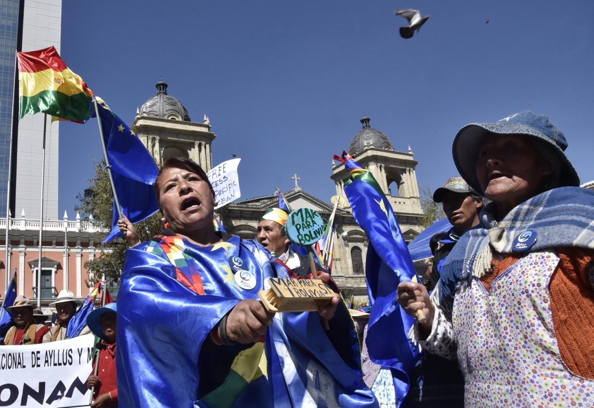 Bolíviaiak várják a hágai Nemzetközi Bíróságnak a Bolívia és Chile területi vitájában hozott ítélete kihirdetését a fővárosban, La Pazban 2018. október 1-jén. A bíróság végleges ítélete szerint Chile nem kötelezhető tárgyalásra Bolívia önálló csendes-óceáni tengeri kijáratának létesítéséről. Evo Morales bolíviai elnök 2013-ban fordult a hágai bírósághoz annak érdekében, hogy a törvényszék nyilvánítsa ki Chile kötelezettségét a tárgyalásra a határvitát lezáró megállapodás elérése érdekében. The International Court of Justice on Monday rejected a bid by landlocked Bolivia to force Chile to the negotiating table for access to the Pacific Ocean in a row dating back to the 19th century. / AFP PHOTO / AIZAR RALDES