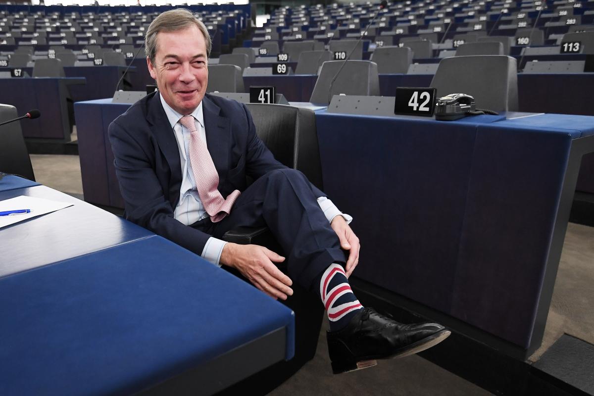 Nigel Farage brit európai parlamenti képviselőnek, a Szabadság és Közvetlen Demokrácia Európája euroszkeptikus képviselőcsoport vezetőjének a zoknija az Európai Parlament plenáris ülésén Strasbourgban 2018. október 2-án.  / AFP PHOTO / FREDERICK FLORIN