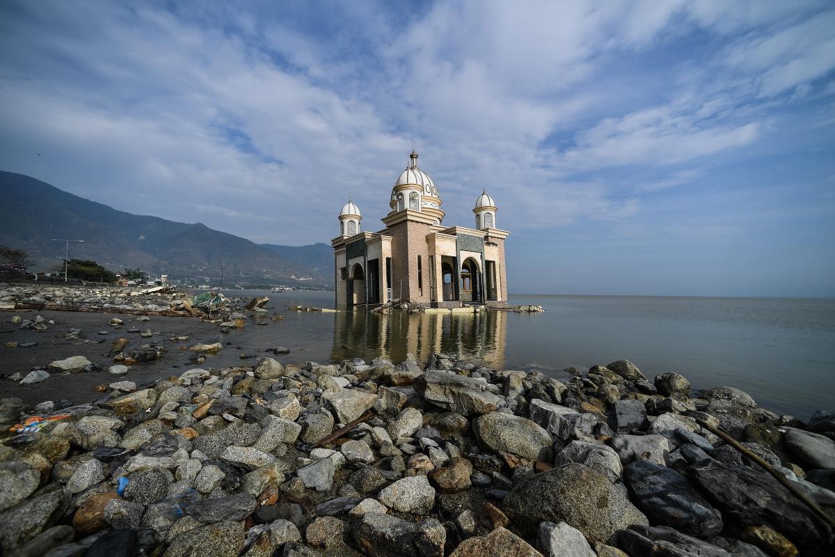 Egy megrongálódott és vízalá került mecset az Indonéziaiai Palu-ban.. A szeptember 28-án törtrént történt 7,7-es erősségű földrengésnek és az azt követő szökőárnak a legfrissebb összesítések szerint legkevesebb 850 halottja és több száz sérültje van. / AFP PHOTO / MOHD RASFAN