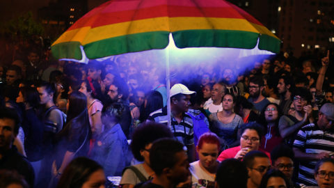 Jair Bolsonarónak, a radikális jobboldali Szociálliberális Párt elnökjelöltjének ellenzői tüntetnek Sao Paulóban 2018. október 11-én, négy nappal a brazíliai elnökválasztás után. Bolsonaro a szavazatok 46 százalékával megnyerte az első fordulót, a második helyen a baloldali Munkáspárt jelöltje, Fernando Haddad végzett, aki a voksok 29 százalékát szerezte meg. A második fordulót október 28-án tartják. (MTI/EPA/Fernando Bizerra)
