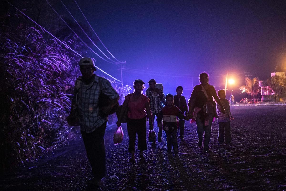 Honduraszi migránsok tartanak az amerikai határ felé Mexikóban. Az amerikai-mexikói határ felé gyalogló migránsok áradata mintegy hétezer fölé emelkedett, mióta a kivándorlók megindultak észak felé október 13-án, de sajtóhírek szerint egy újabb, közel 1500 fős hondurasi csoport is útnak indult.. Fotó: Pedro Padro / AFP