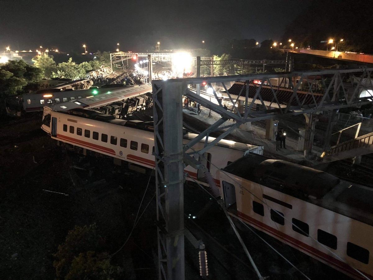 A vagonokat távolítják el darukkal Jilanban 2018. október 22-én, miután az előző este kisiklott egy személyszállító vonat a tajvani városban. Legalább 18 ember életét vesztette, mintegy 160 megsérült.. (TRA/EyePress)