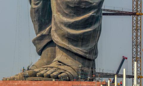 Kevadia, 2018. október 18.Építőipari munkások az utolsó simításokat végzik Szardar Vallabhbhai Patel néhai politikus, India első kormányfőhelyettesének hatalmas szobrán Kevadia település közelében, a Gudzsarát szövetségi állambeli Karnavatitól mintegy 200 kilométerre 2018. október 18-án. Az indiai függetlenségi mozgalom kiemelkedő alakjáról mintázott 182 méter magas alkotást Narendra Modi kormányfő avatja fel október 31-én az ország egységének jegyében, az India vasembere néven is emlegetett Szardar Pater születésének 143. évfordulóján.MTI/EPA/Divjakant Szolanki