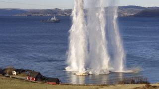 Trondheim, 2018. október 30.Tengerbe csapódó lövedékek vízoszlopai a Trident Juncture 2018 fedőnevű hadgyakorlaton a norvégiai Trondheim közelében 2018. október 30-án. A 31 ország 50 ezer katonájának részvételével október 25. és november 23. között tartott művelet az utóbbi évek legnagyobb NATO-hadgyakorlata. A 29 szövetséges ország mellett a nem NATO-tag Svédország és Finnország vesz részt a nagyszabású katonai akcióban.MTI/EPA/Gorm Kallestad